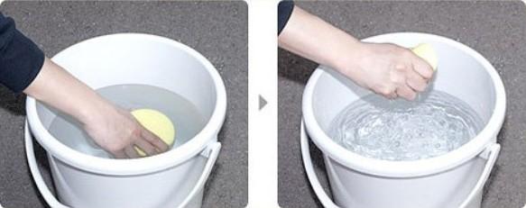 На фото – мыть бои следует только чистой водой, тщательно отжимая губку