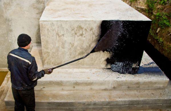 На фото- нанесение грунтующего слоя на бетонную поверхность