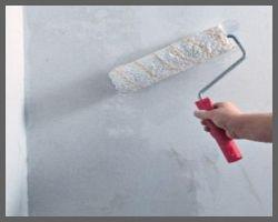 На фото – один из признаков грунтовки – валик, хотя для этого можно использовать и более простой, зато лучше впитывающий жидкость, такой «декоративный» уже перебор