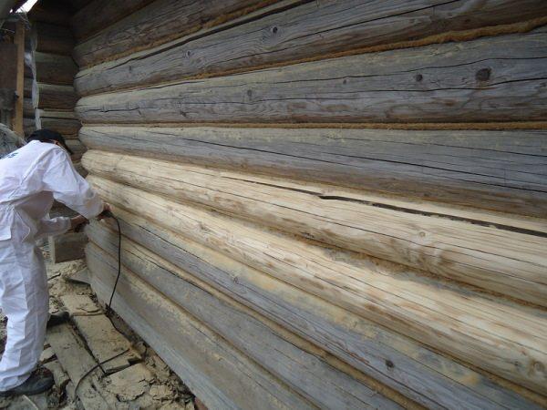 На фото – окончательная шлифовка всей черновой деревянной поверхности, далее последует борьба со щелями