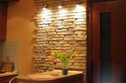На фото – отделка стены на кухне искусственным камнем