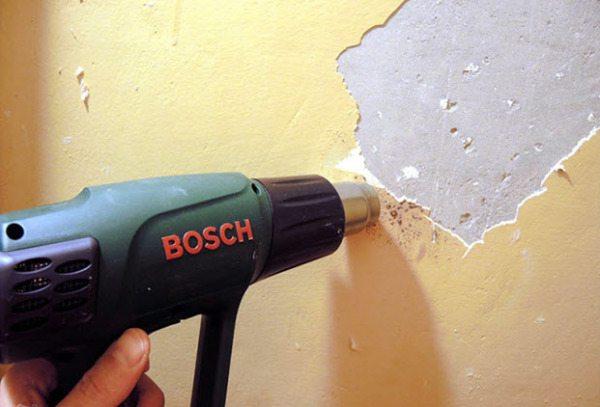 На фото – плохо удаляемая краска на поверхности стены