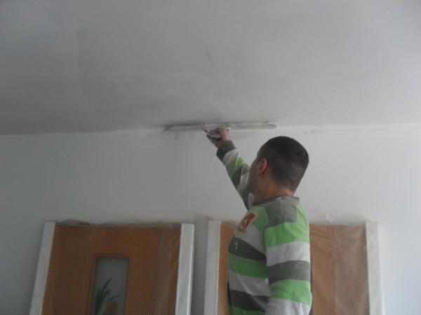 На фото – подготовка поверхности потолка под обои