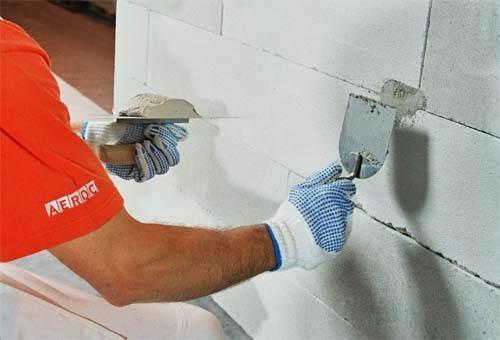На фото – подготовка стены из блоков к шпаклеванию