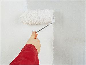 На фото – покрытие стен грунтовочным составом с помощью мехового валика