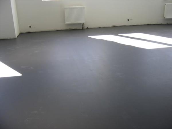 На фото – пол, выровненный бетонной стяжкой