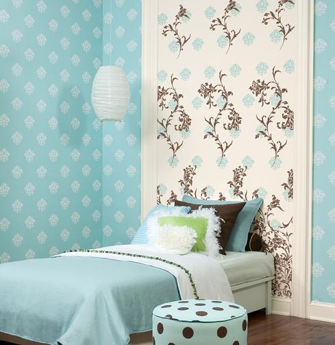 На фото- пример сочетания крупного и мелкого цветочного орнамента в отделке одной комнаты