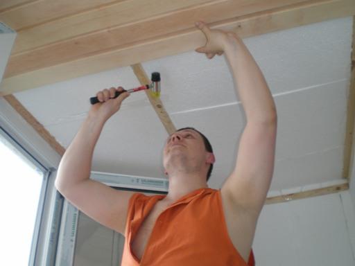 На фото – установка вагонки на потолок