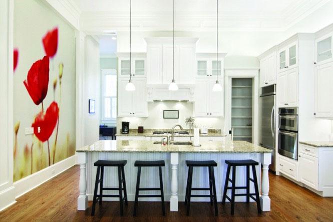 На фото – яркий акцент на стене кухни