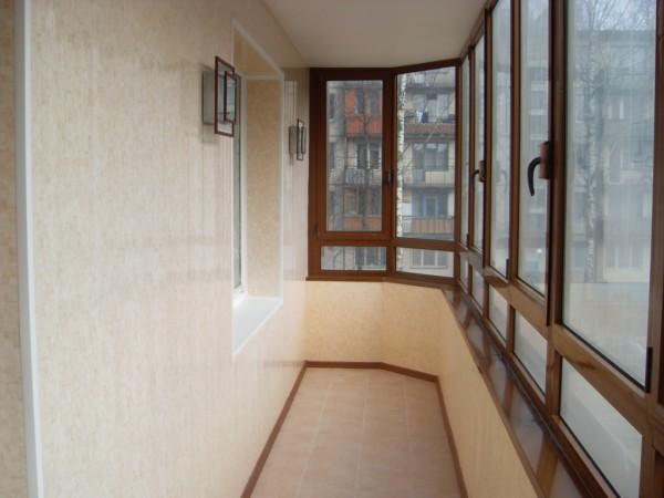 На фото: аккуратно отделанный балкон может стать отличным местом отдыха, если поставить на нем столик и стулья