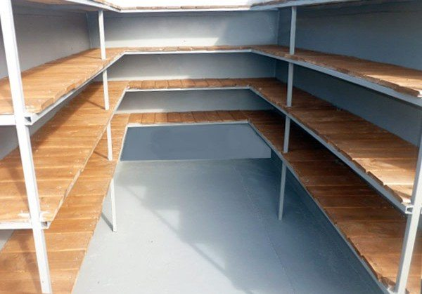 На фото: аккуратное покрытие стен в хранилище гарантирует сохранность всех продуктов