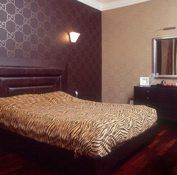 На фото акцентирование стены у кровати.