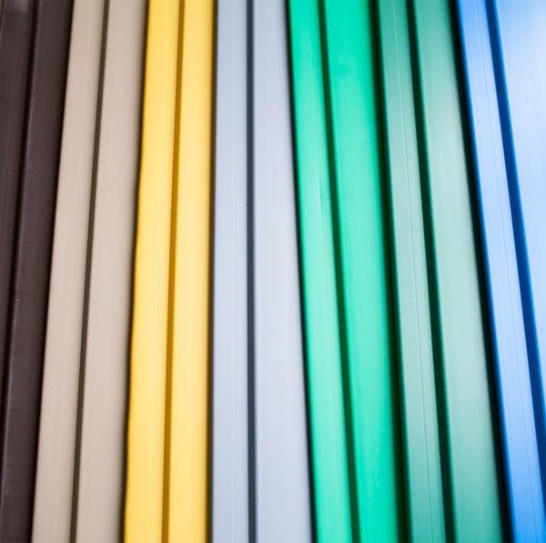 На фото ассортимент цветовых исполнений пластиковой вагонки