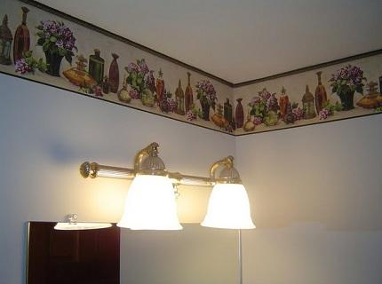 На фото бордюр использован для оформления границы потолка и стен.