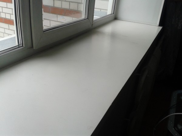 На фото: идеально ровная и гладкая поверхность пластика значительно улучшает внешний вид оконного проема