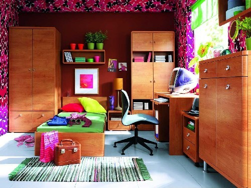 На фото можно увидеть не самый удачный пример оформления пространства для ребенка. Для отделки использованы слишком яркие оттенки, мебель громоздкая.