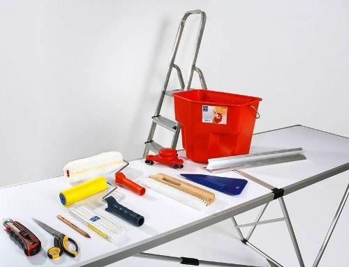 На фото - набор инструментов профессионального обойщика