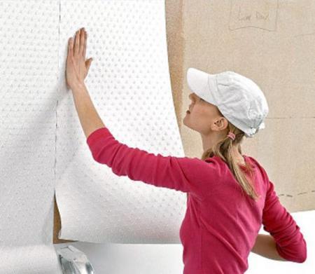 На фото – наклеиваем на стену виниловые обои на флизелиновой подложке