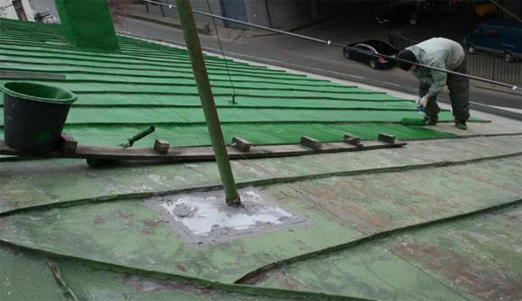 На фото: окрашивание не только защищает металл, но и преображает внешний вид крыши