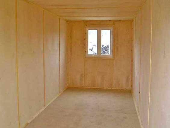 На фото: отделка комнаты фанерой на даче – обшито все, от пола до потолка