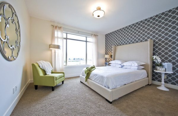 На фото: отделка одной из стен обоями контрастного цвета с орнаментом – отличное решение для самых разнообразных комнат
