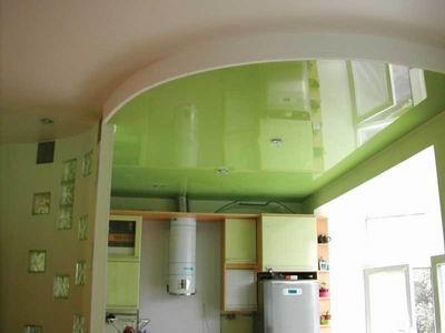 На фото: отделка потолков на кухне может быть очень необычной