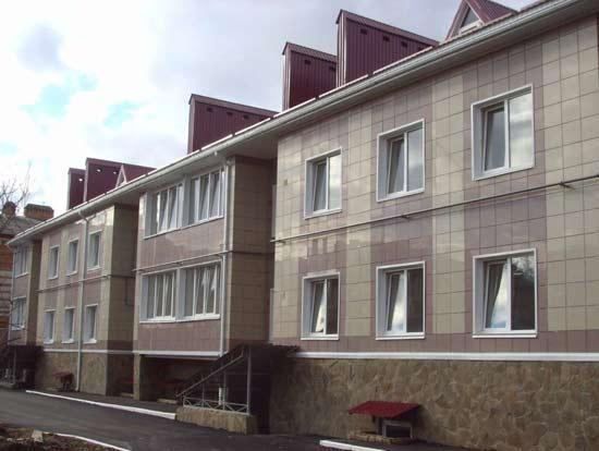 На фото показан вариант отделки дома керамогранитом.