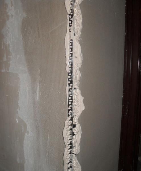 На фото показан вдавленный в шпаклевку уголок