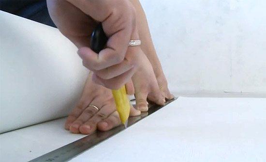 На фото показано как правильно нарезать стеклообои полосами.