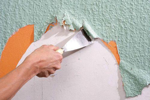 На фото показано удаление старого покрытия.