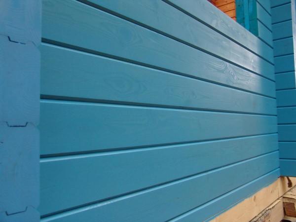 На фото: покраска деревянных фасадов выполняет как декоративные, так и защитные функции