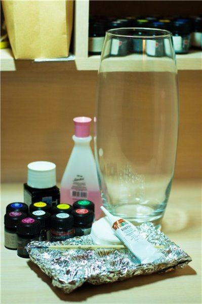 На фото полный набор предметов, который должен быть у вас под руками, чтобы провести роспись стекла витражными красками