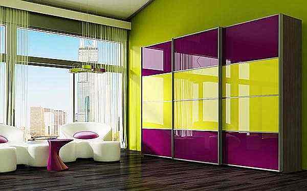 На фото представлено цветное стекло в интерьере гостиной.