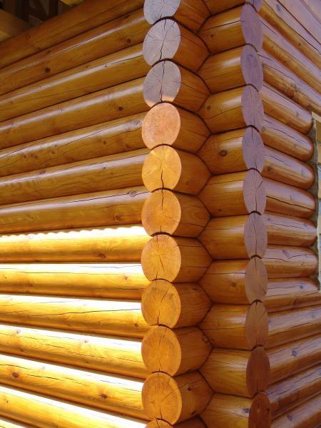 На фото применена хорошая краска под цвет древесины, которая не скрыла её природную текстуру