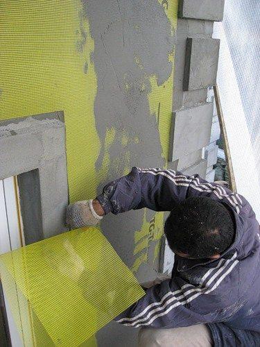 На фото применение грунтовки СТ-16 на фасаде – рекомендовано использование армирующей монтажной сетки