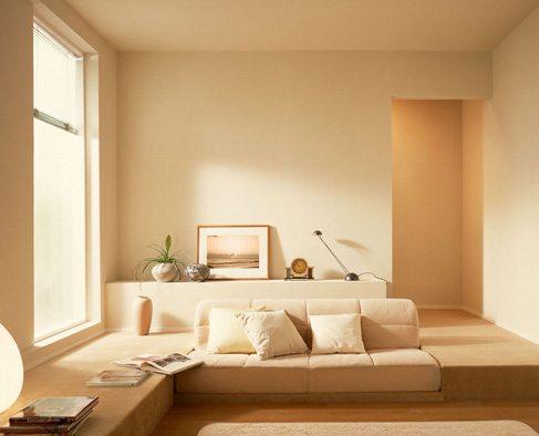 На фото пример того, как правильно красить стены в квартире.