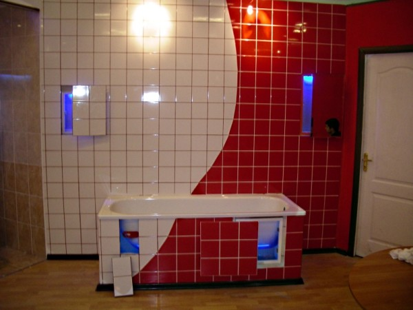 На фото пример традиционного использования керамической плитки в ванной комнате