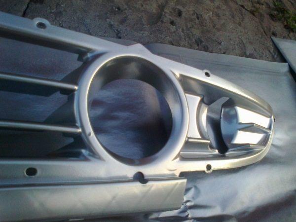 На фото решетка автомобильного радиатора, покрашенная металлизированным составом.