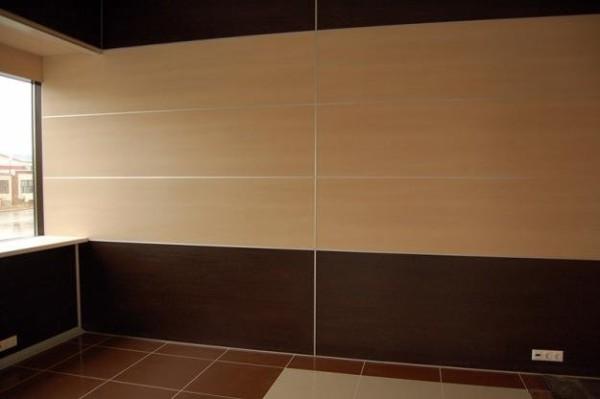 На фото стена, обшитая ламинированными древесностружечными плитами