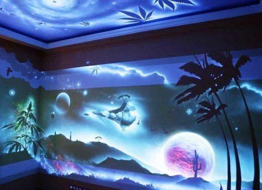 На фото стены, расписанные при помощи флуоресцентных красок.