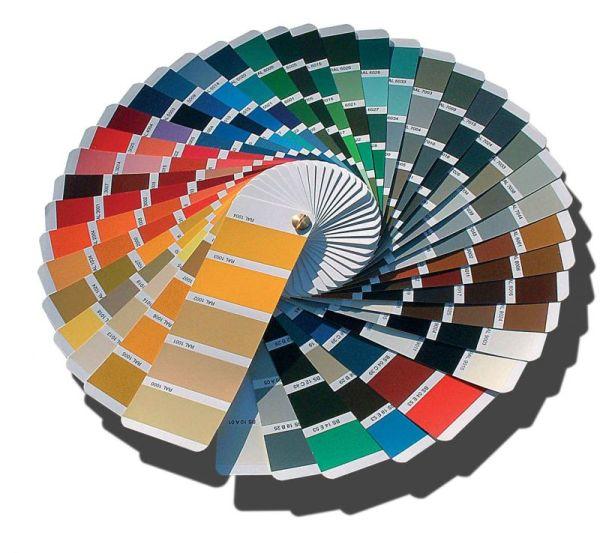 На фото: у каждого производителя есть образцы, на которых указаны пропорции смешивания пигмента и основы для получения того или иного оттенка
