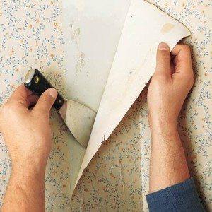 На фото видно, как быстро отодрать обои из бумаги с помощью шпателя.