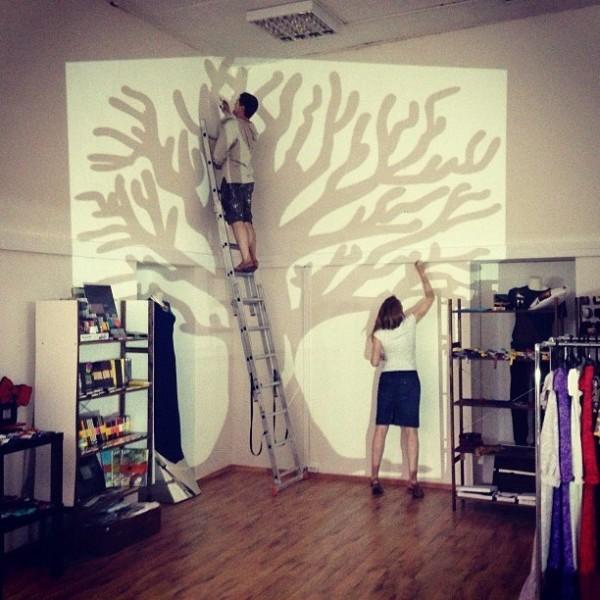 На фото видно, как осуществляется декорирование стены данным способом