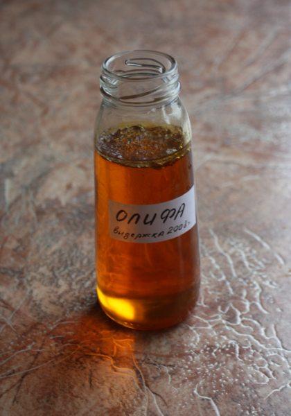 На фото видно, как верхний слой олифы начал полимеризоваться под действием кислорода.