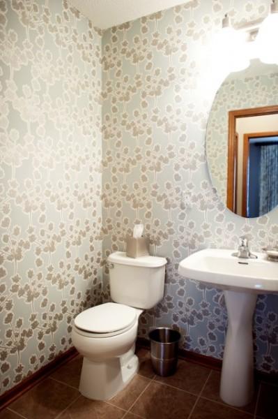 На фото видно, как выглядит отделка туалета рулонным покрытием.