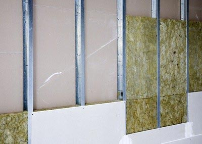 На фото видны структурные элементы стены из ГВЛ.