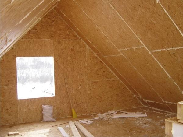На фото внутреннее пространство мансарды, обшитое ориентированно-стружечными плитами