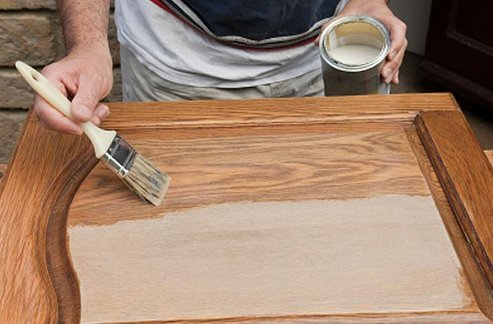 На фото вы видите, как правильно красить деревянные двери