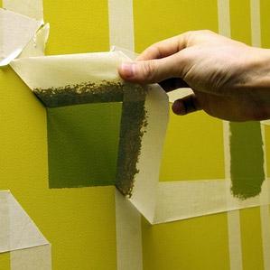 На окрашенной стене можно создать любой орнамент