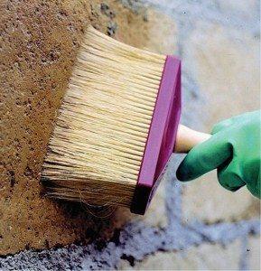 На пористую или сильновпитывающую поверхность можно нанести два слоя.
